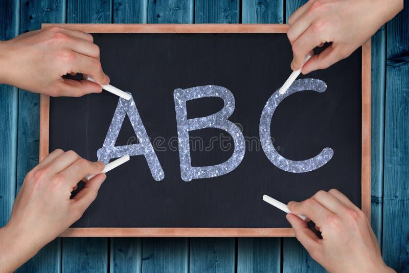 Σύνθετη εικόνα των πολλαπλάσιων χεριών που γράφουν με την κιμωλία στοκ φωτογραφία με δικαίωμα ελεύθερης χρήσης