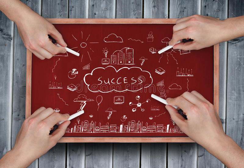 Σύνθετη εικόνα των πολλαπλάσιων χεριών που σύρουν την επιτυχία doodle με την κιμωλία στοκ εικόνες με δικαίωμα ελεύθερης χρήσης