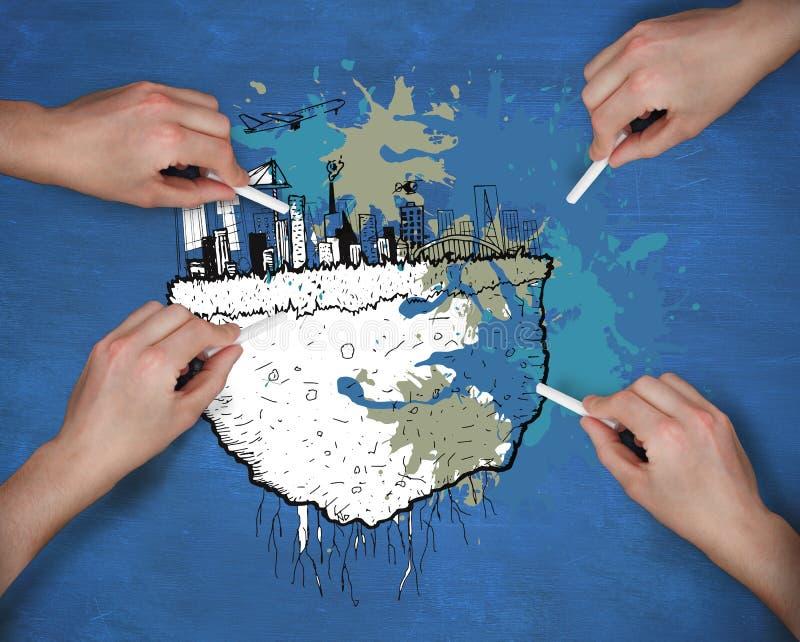 Σύνθετη εικόνα των πολλαπλάσιων χεριών που σύρουν τη εικονική παράσταση πόλης με την κιμωλία στοκ φωτογραφίες