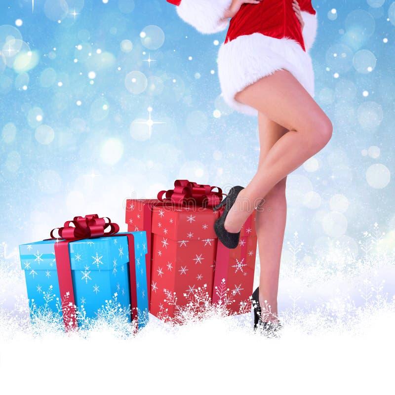 Σύνθετη εικόνα των ποδιών της εορταστικής γυναίκας στα υψηλά τακούνια στοκ εικόνες