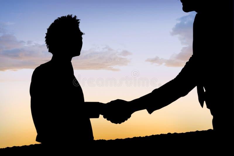Σύνθετη εικόνα των σκιαγραφιών που τινάζει τα χέρια στοκ εικόνα με δικαίωμα ελεύθερης χρήσης