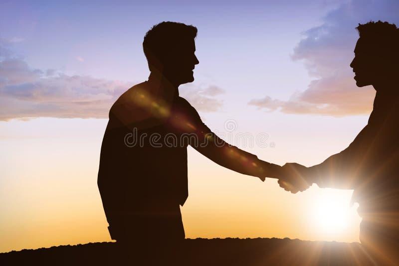 Σύνθετη εικόνα των σκιαγραφιών που τινάζει τα χέρια στοκ φωτογραφία με δικαίωμα ελεύθερης χρήσης