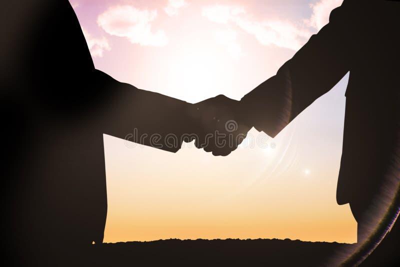 Σύνθετη εικόνα των σκιαγραφιών που τινάζει τα χέρια στοκ φωτογραφίες με δικαίωμα ελεύθερης χρήσης