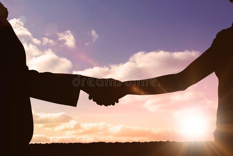 Σύνθετη εικόνα των σκιαγραφιών που τινάζει τα χέρια στοκ εικόνες με δικαίωμα ελεύθερης χρήσης