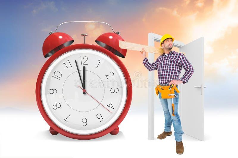 Σύνθετη εικόνα των handyman ξύλινων σανίδων εκμετάλλευσης στοκ φωτογραφία με δικαίωμα ελεύθερης χρήσης