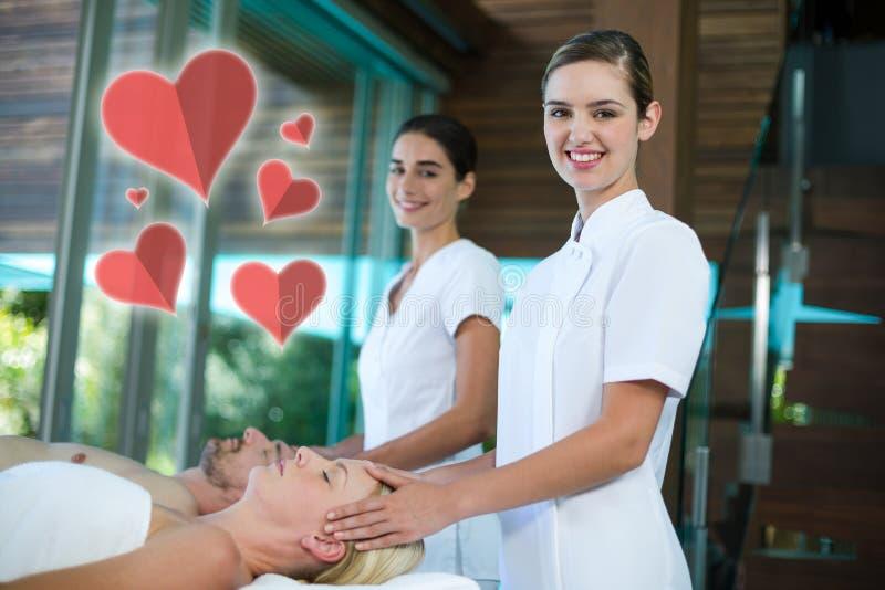 Σύνθετη εικόνα δύο μασέρ που δίνουν το επικεφαλής μασάζ με τις καρδιές αγάπης διανυσματική απεικόνιση