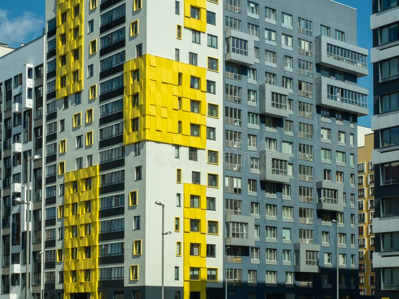 σύνθετος νέος κατοικημέν& Σύγχρονη αρχιτεκτονική, φωτεινές ζωηρόχρωμες προσόψεις και κατάλληλη υποδομή Μόσχα Ρωσία στοκ εικόνα