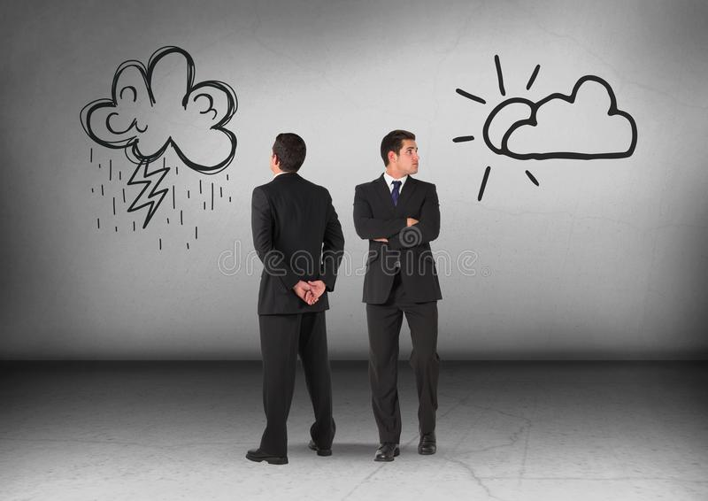 Σύννεφα ή ήλιος βροχής με το κοίταγμα επιχειρηματιών στις αντίθετες κατευθύνσεις στοκ φωτογραφίες