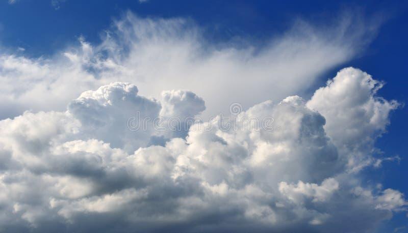 σύννεφα αυξομειούμενα στοκ εικόνα