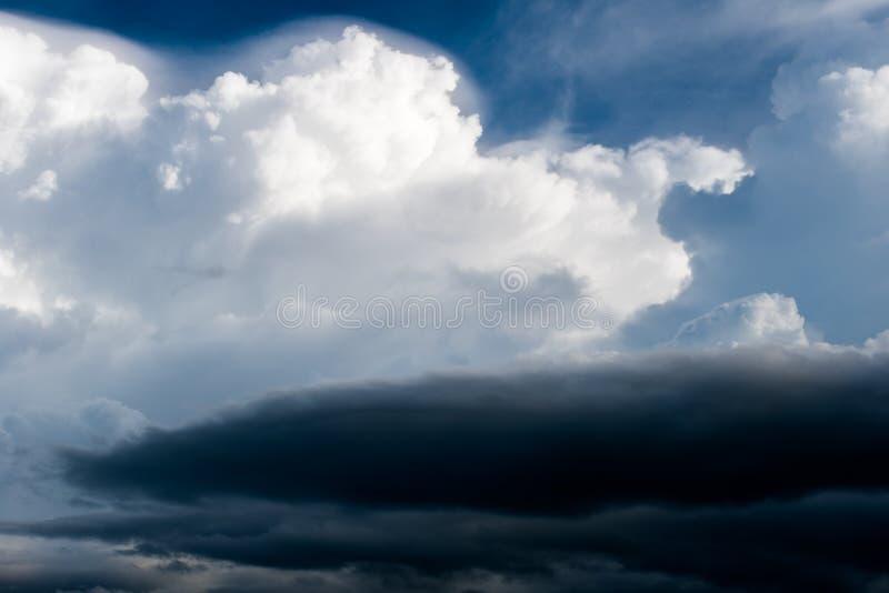 σύννεφα βροχής ουρανού θύελλας βροντής και θλιβερός ουρανός σε γραπτό στοκ φωτογραφία με δικαίωμα ελεύθερης χρήσης