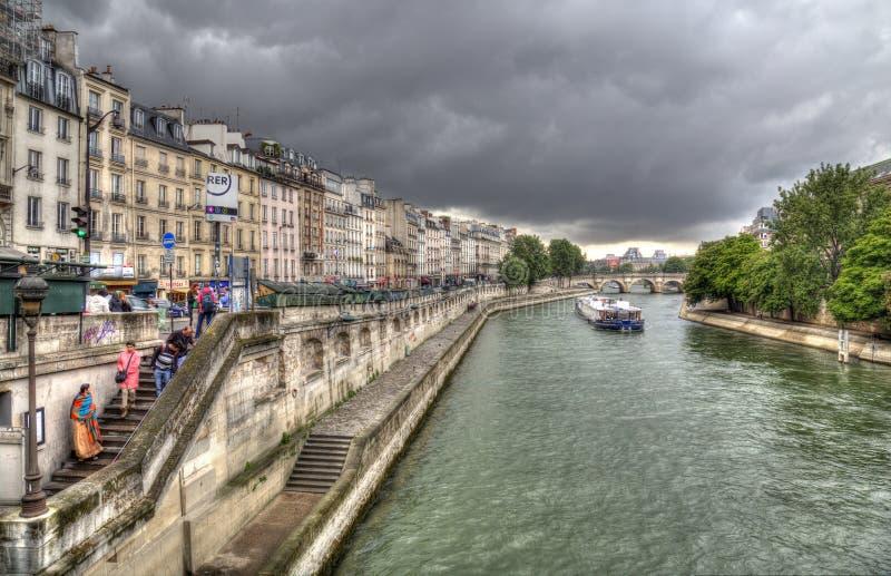 Σύννεφα βροχής πέρα από τον ποταμό του Σηκουάνα στο Παρίσι, Γαλλία στοκ εικόνα