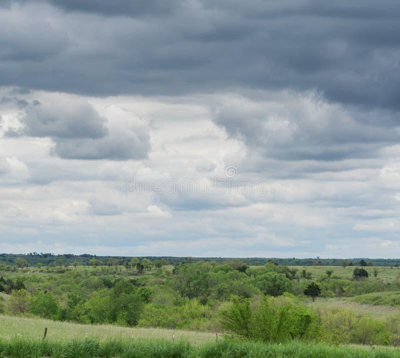 Σύννεφα βροχής στο αγροτικό Κάνσας στοκ φωτογραφίες