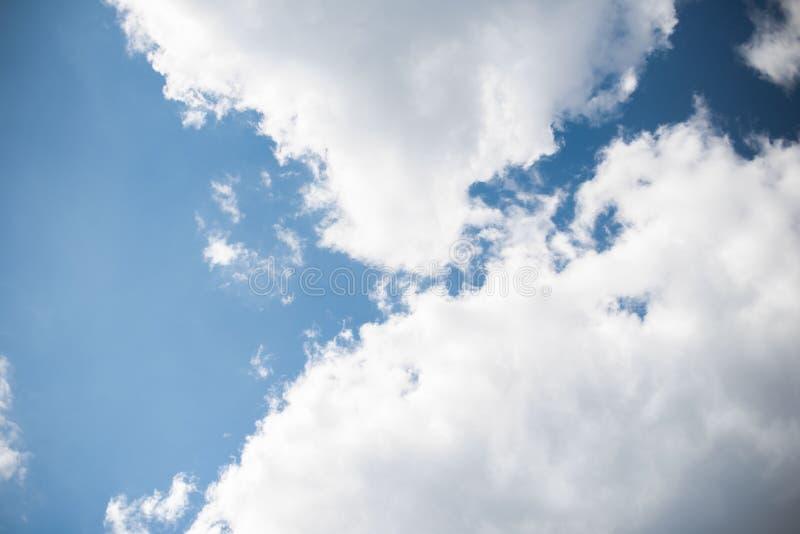 Σύννεφα ενάντια στον ουρανό στοκ φωτογραφίες