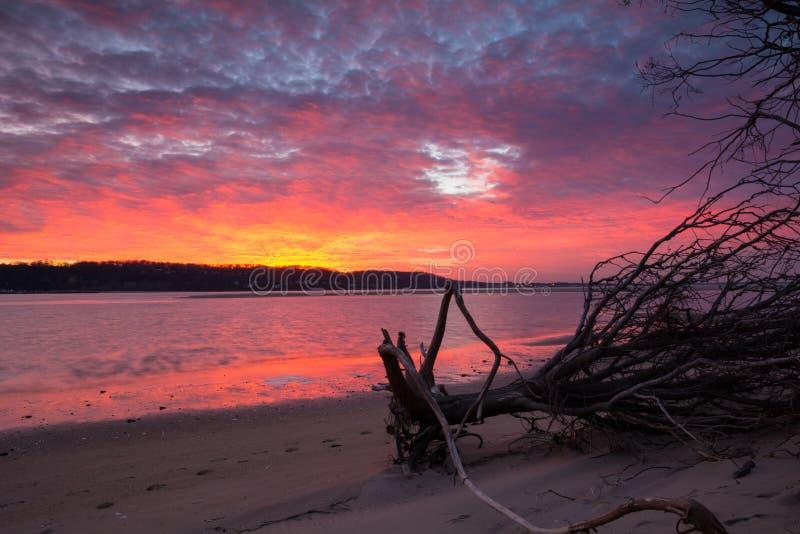 Σύννεφα ηλιοβασιλέματος, ουρανός και αντανάκλαση νερού στοκ φωτογραφία με δικαίωμα ελεύθερης χρήσης