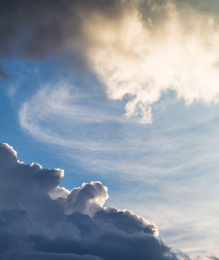 Σύννεφα ηλιοβασιλέματος σωρειτών με τον ήλιο που καθορίζει, όμορφος ουρανός στοκ εικόνες