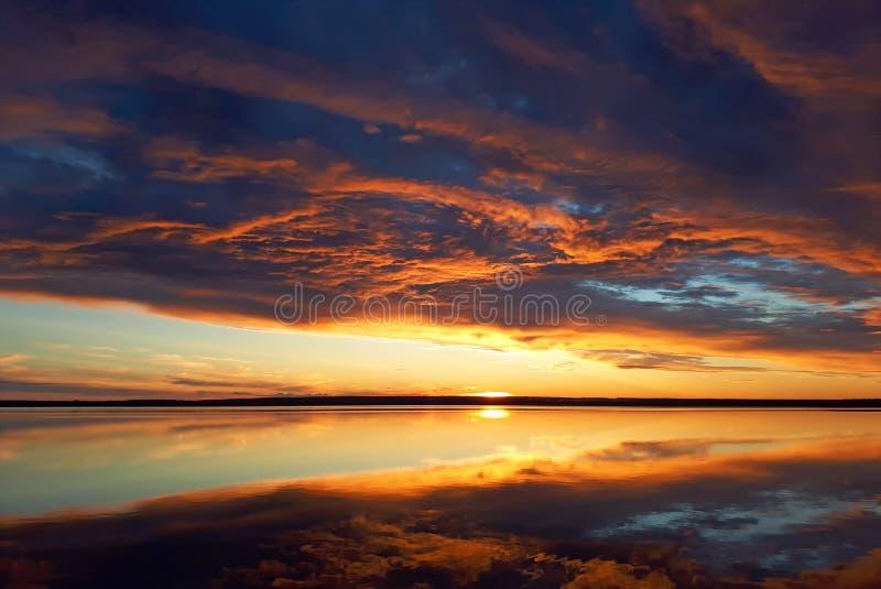 Σύννεφα ηλιοβασιλέματος σωρειτών με τον καθορισμό ήλιων Φλογερός πορτοκαλής ουρανός ηλιοβασιλέματος Όμορφος ουρανός στοκ φωτογραφίες με δικαίωμα ελεύθερης χρήσης