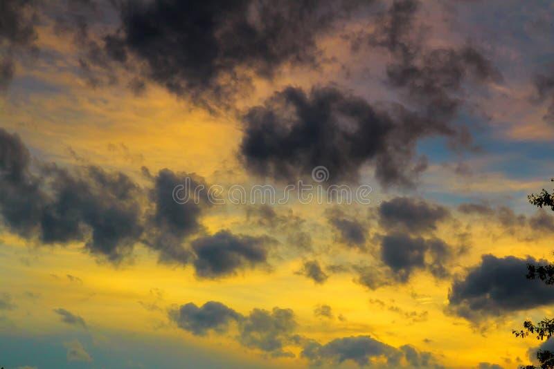 Σύννεφα ηλιοβασιλέματος σωρειτών με τον καθορισμό ήλιων στοκ εικόνες με δικαίωμα ελεύθερης χρήσης