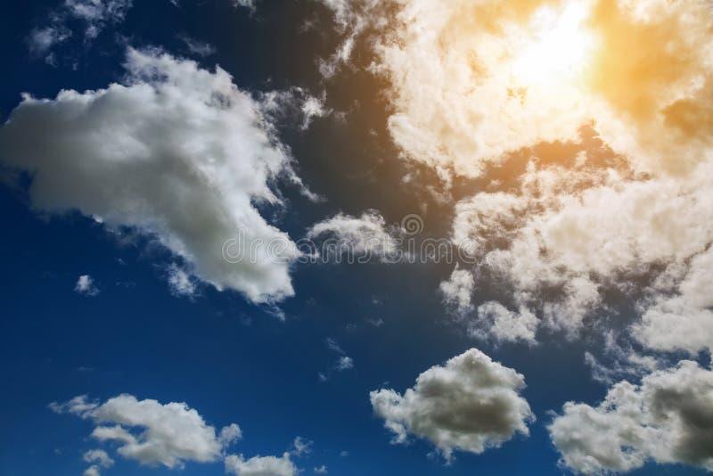 Σύννεφα ηλιοβασιλέματος σωρειτών με τον καθορισμό ήλιων στοκ εικόνες