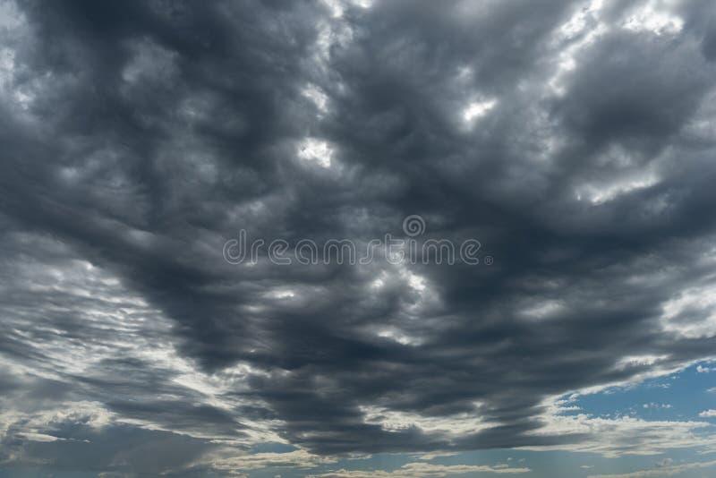 Σύννεφα θύελλας κατά την άποψη προοπτικής με τον ορίζοντα στοκ εικόνες