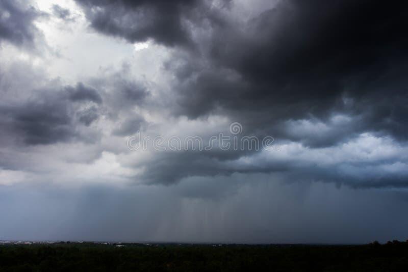 Σύννεφα θύελλας με τη βροχή στοκ εικόνες