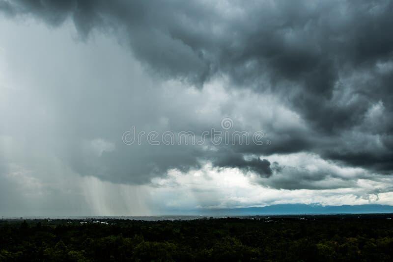 Σύννεφα θύελλας με τη βροχή στοκ φωτογραφία με δικαίωμα ελεύθερης χρήσης