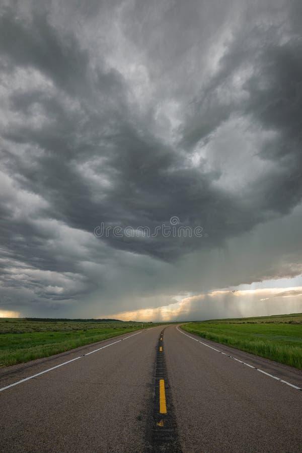 Σύννεφα θύελλας πέρα από δρόμος στην ανατολική Μοντάνα, Ηνωμένες Πολιτείες στοκ φωτογραφία