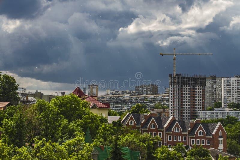 Σύννεφα θύελλας πέρα από την πόλη στοκ εικόνες