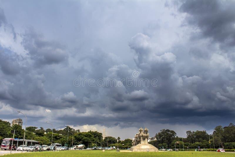 Σύννεφα θύελλας πέρα από το Monumento ως Bandeiras στοκ εικόνα
