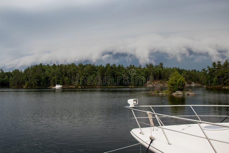 Σύννεφα θύελλας που κυλούν πέρα από τα δέντρα στοκ εικόνες