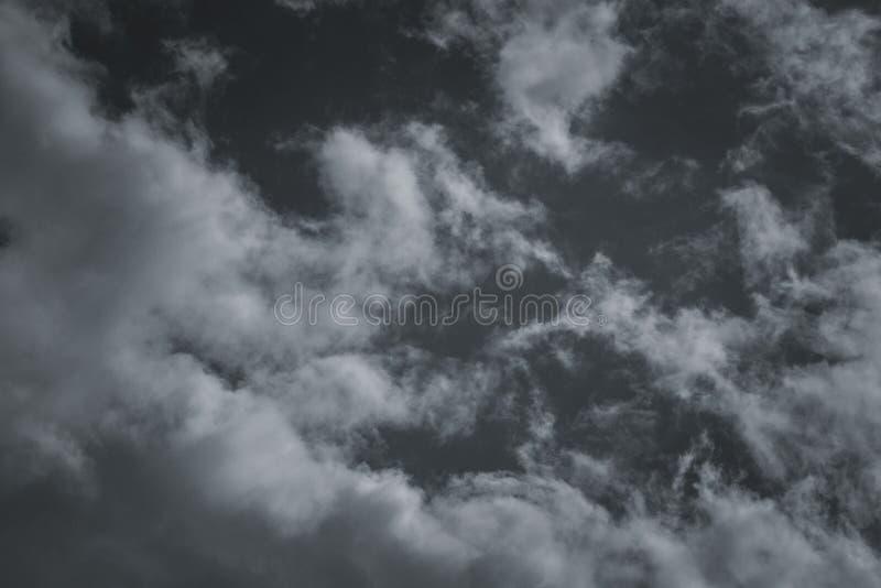 Σύννεφα θύελλας στον ουρανό πέρα από την πόλη στοκ φωτογραφίες