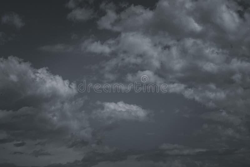 Σύννεφα θύελλας στον ουρανό πέρα από την πόλη στοκ εικόνα με δικαίωμα ελεύθερης χρήσης