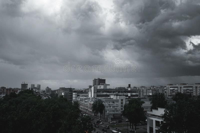 Σύννεφα θύελλας στον ουρανό πέρα από την πόλη στοκ φωτογραφία