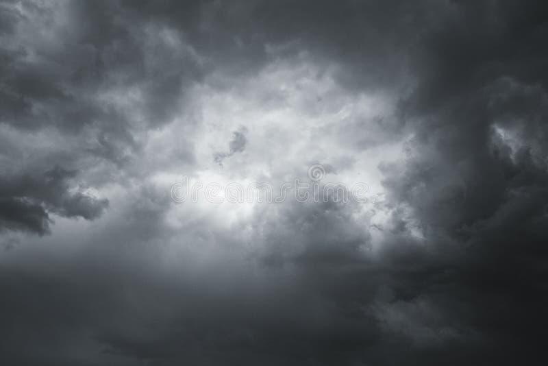 Σύννεφα θύελλας στον ουρανό πέρα από την πόλη στοκ φωτογραφίες με δικαίωμα ελεύθερης χρήσης