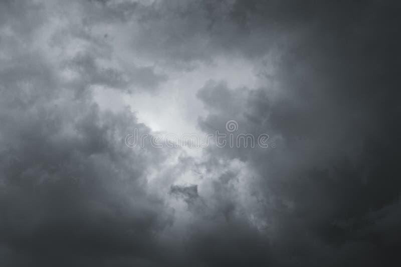 Σύννεφα θύελλας στον ουρανό πέρα από την πόλη στοκ φωτογραφία με δικαίωμα ελεύθερης χρήσης