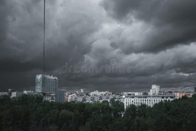 Σύννεφα θύελλας στον ουρανό πέρα από την πόλη στοκ εικόνες