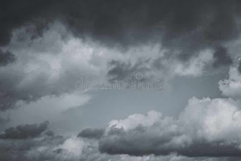 Σύννεφα θύελλας στον ουρανό πέρα από την πόλη στοκ εικόνες με δικαίωμα ελεύθερης χρήσης