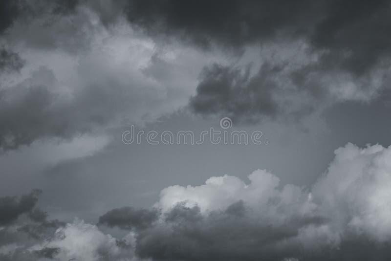 Σύννεφα θύελλας στον ουρανό πέρα από την πόλη στοκ εικόνα