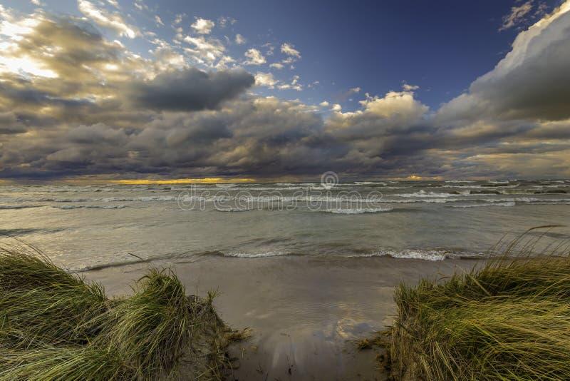 Σύννεφα θύελλας πέρα από μια Huron λιμνών παραλία - Οντάριο, Καναδάς στοκ φωτογραφία