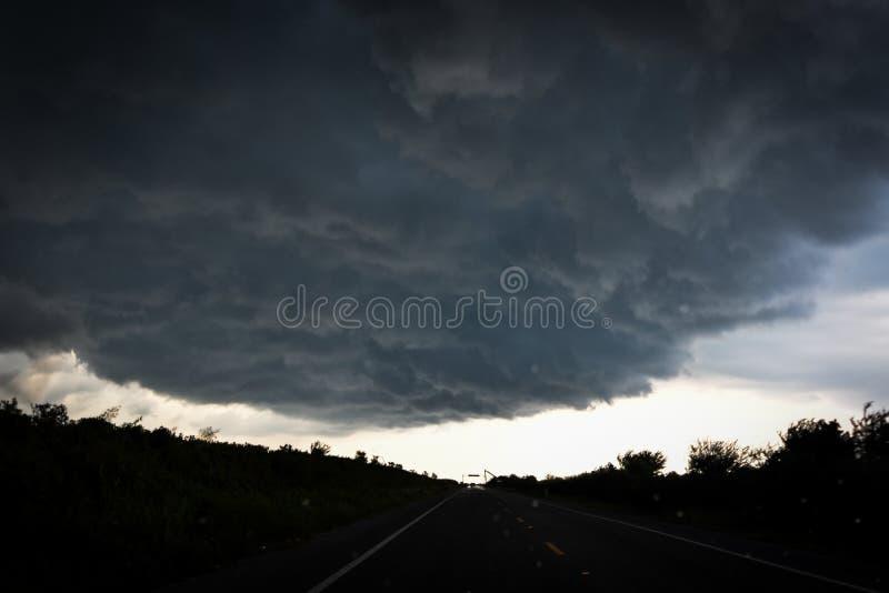 Σύννεφα θύελλας πέρα από το δρόμο στοκ εικόνες