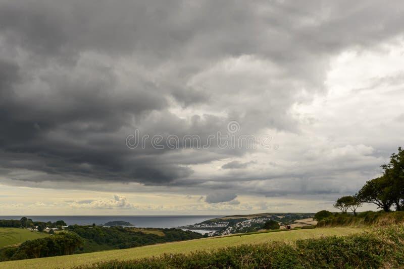 Σύννεφα θύελλας πέρα από Fowey fiord, Κορνουάλλη στοκ φωτογραφίες με δικαίωμα ελεύθερης χρήσης
