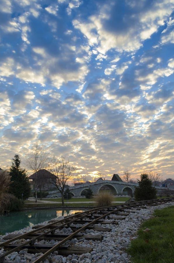 σύννεφα διεσπαρμένα στοκ εικόνα