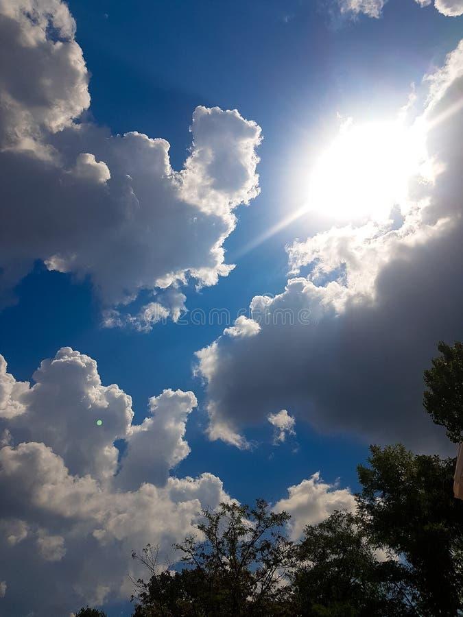 Σύννεφα και ήλιος το καλοκαίρι στοκ εικόνες