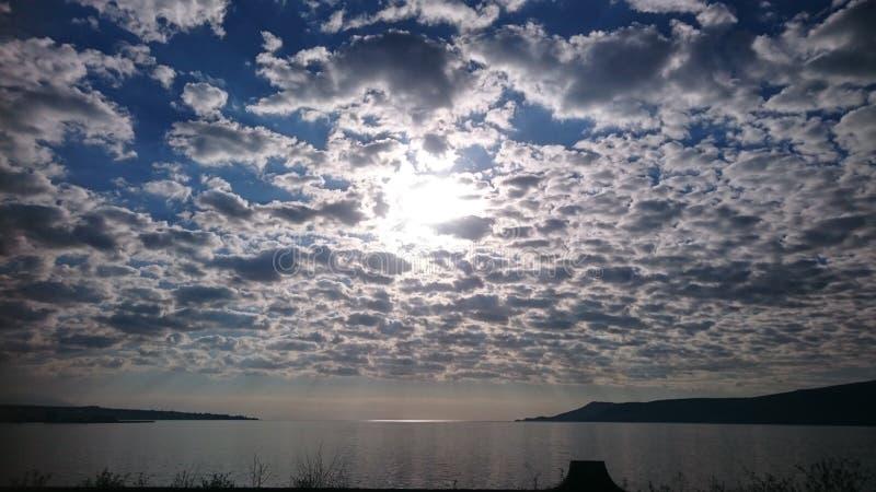 Σύννεφα και ήλιος νερού στοκ φωτογραφίες