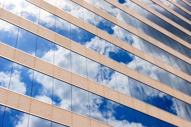 Σύννεφα και αντανάκλαση ουρανού στα παράθυρα στοκ φωτογραφία