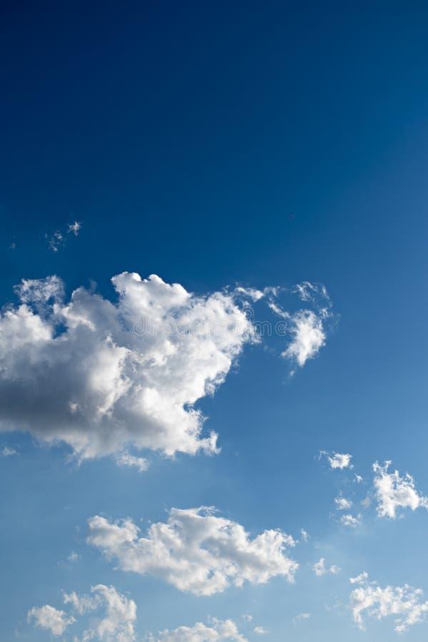 Σύννεφα και βαθύς μπλε ουρανός πολύ copyspace στοκ εικόνες