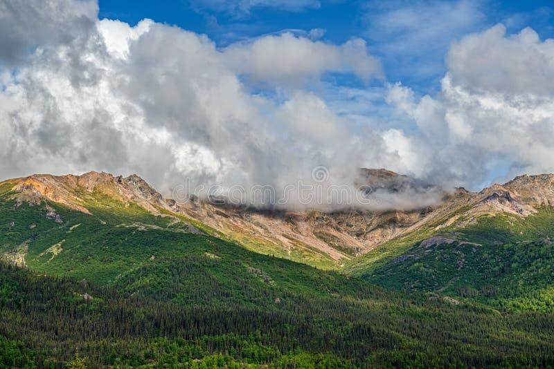 Σύννεφα και βουνά στοκ εικόνες με δικαίωμα ελεύθερης χρήσης