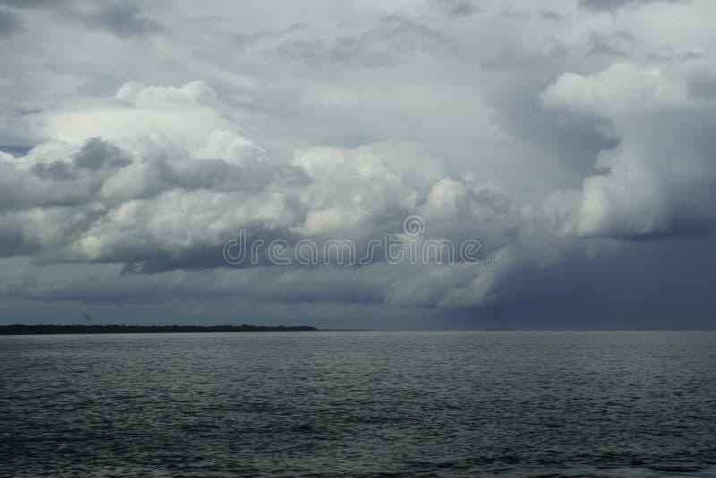 Σύννεφα και βροχή πέρα από τον ωκεανό από το νησί του Κεμπού στοκ εικόνες