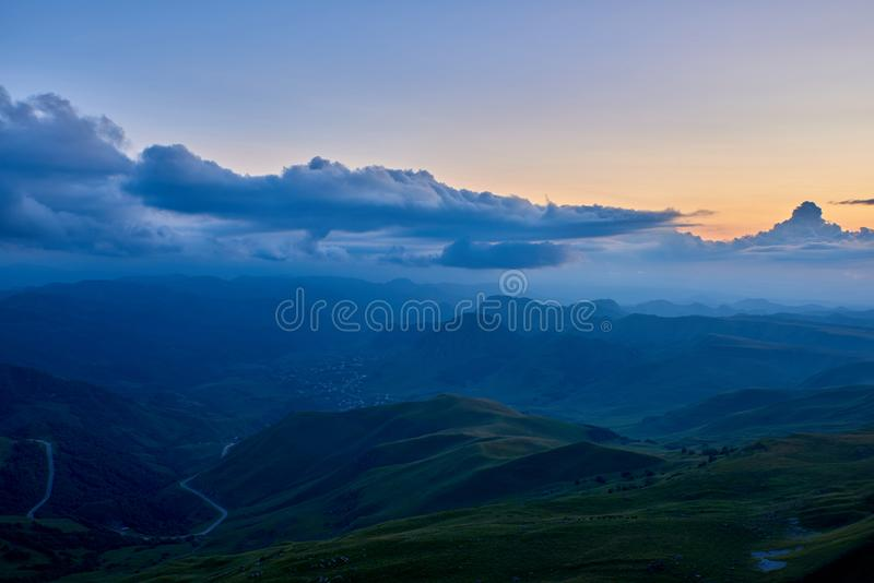 Σύννεφα και ομίχλη πέρα από την κοιλάδα βουνών βραδιού Karachay-Cherkessia, βόρειος Καύκασος Ρωσία στοκ εικόνες