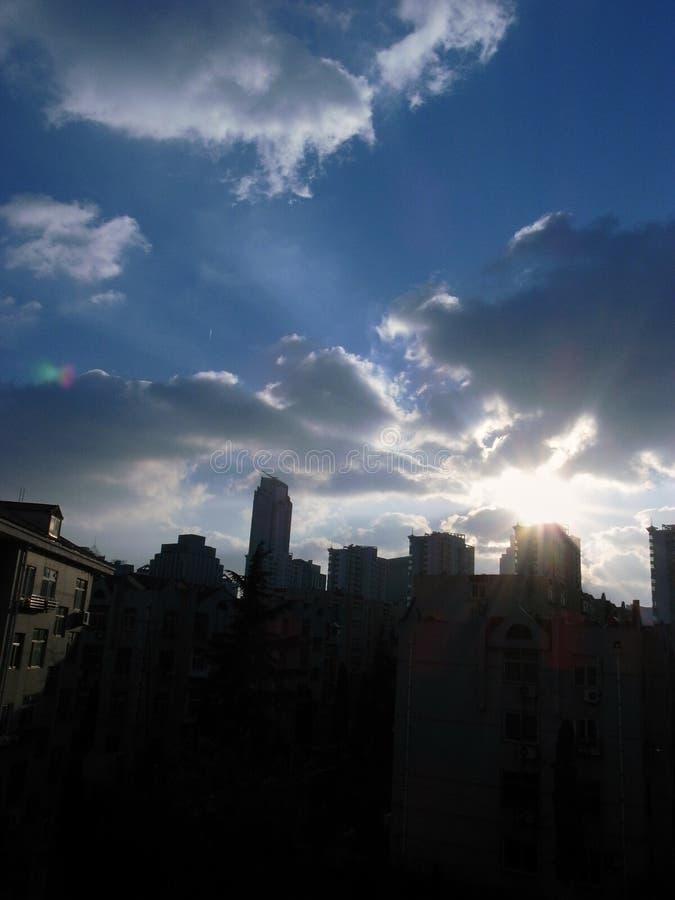 Σύννεφα και ουρανός στην πόλη στοκ εικόνα με δικαίωμα ελεύθερης χρήσης