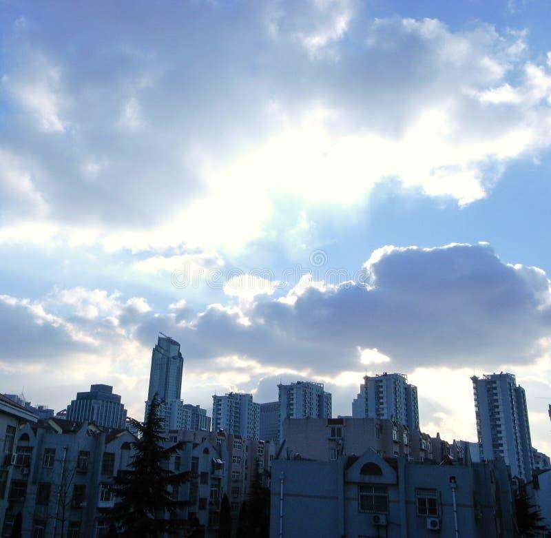 Σύννεφα και ουρανός στην πόλη στοκ εικόνες με δικαίωμα ελεύθερης χρήσης